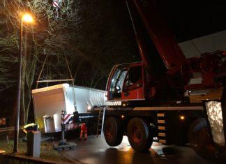 Mit schwerem Gerät wurde der Sattelauflieger geborgen. Foto: Polizei