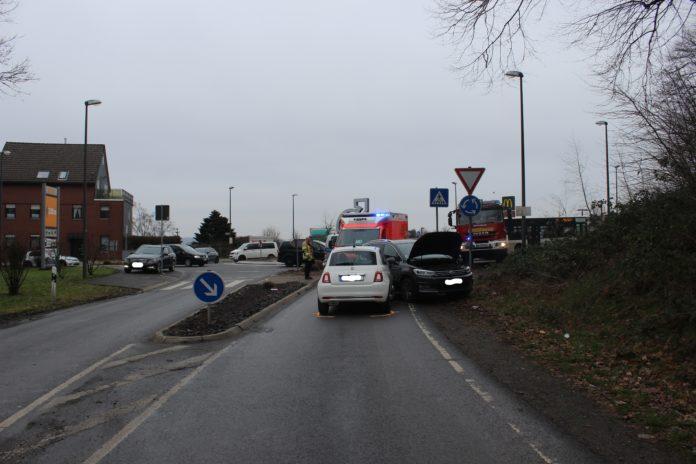 Wermelskirchen: Frontalzusammenstoß im Kreisverkehr, Biberweg Frontal. Foto: Polizei