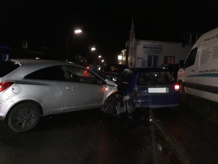 Wermelskirchen: Unter Alkohol- und Drogeneinfluss wurden geparkte Autos auf der Straße Arnzhäuschen sichtlich beschädigt. Foto: Polizei
