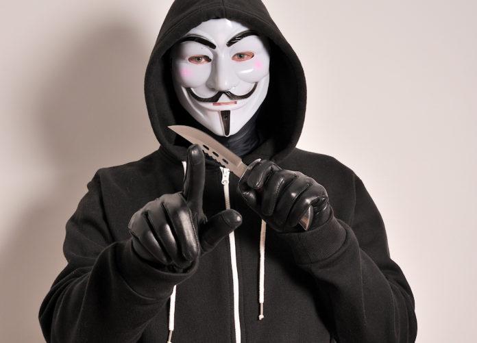 Maskenmann, Räuber mit Messer. Symbolfoto.