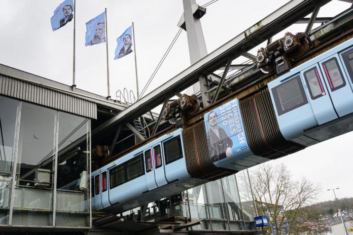 Die Wuppertaler Schwebebahn feiert Friedrich Engels. Foto: obs/WSW Wuppertaler Stadtwerke GmbH/Stefan Tesche-Hasenbach