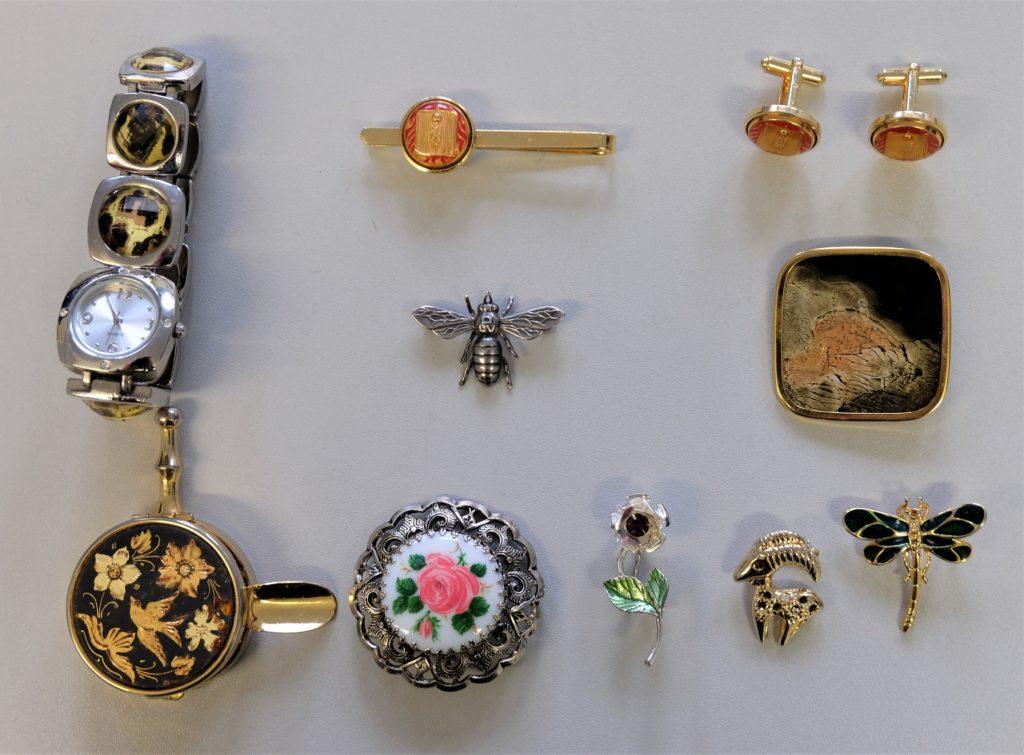 Prägnante Schmuckstücke aus der gefundenen Beute. Foto: Polizei