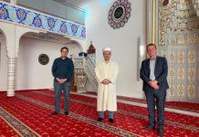 Remscheids Oberbürgermeister Burkhard Mast-Weisz und Juso-Vorsitzender Burhan Türken wurden vom Imam Kerim Koç willkommen geheißen. Foto Arunava Chaudhuri