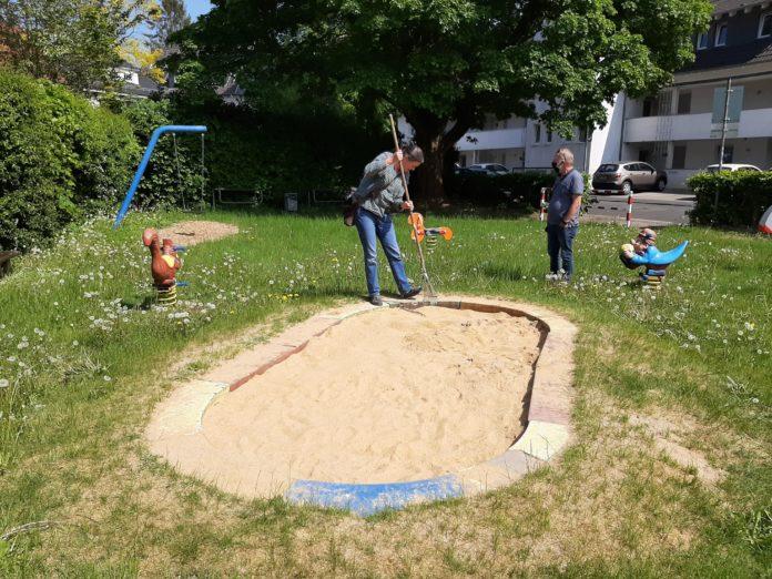 Reinigung des Spielplatzes an der Schmittenbuscher Straße in Lüttringhausen. Foto: SPD Remscheid