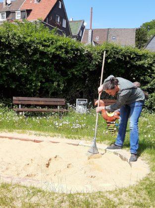 """""""Die Sandkästen sollten grundsätzlich mit Planen abgedeckt werden, um die Katzen daran zu hindern hier ihre Notdurft zu verrichten"""", so Gerhilt Dietrich, Vorsitzende der SPD in Lüttringhausen. Foto: SPD Remscheid"""