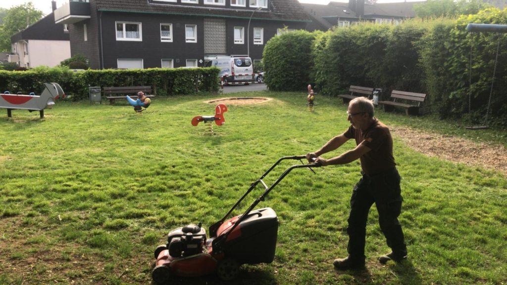 Dank dem Einsatz eines Rasenmähers, kann der ehemalige Dschungel wieder als Spielplatz genutzt werden. Foto: SPD Remscheid
