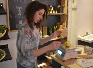 Ein bisschen hektisch ging es für Melanie Rothe bei der Eröffnung von Remscheids erstem Unverpacktladen in der Hindenburgstraße zu. Foto: Peter Klohs