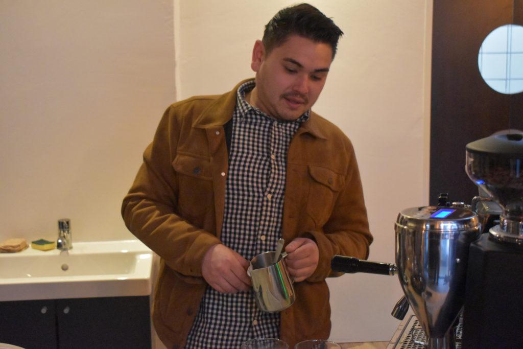 """Kritsada """"Big"""" Tschuschke macht Kaffee. Foto: Peter Klohs"""