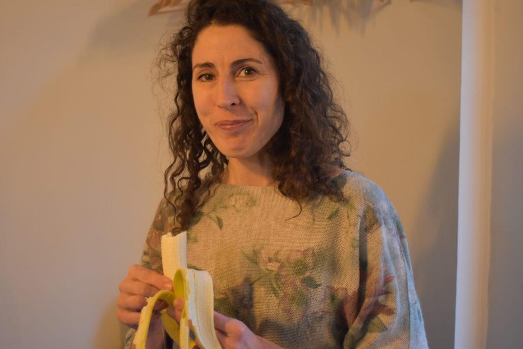 Pause mit Banane: Melanie Rothe. Foto: Peter Klohs