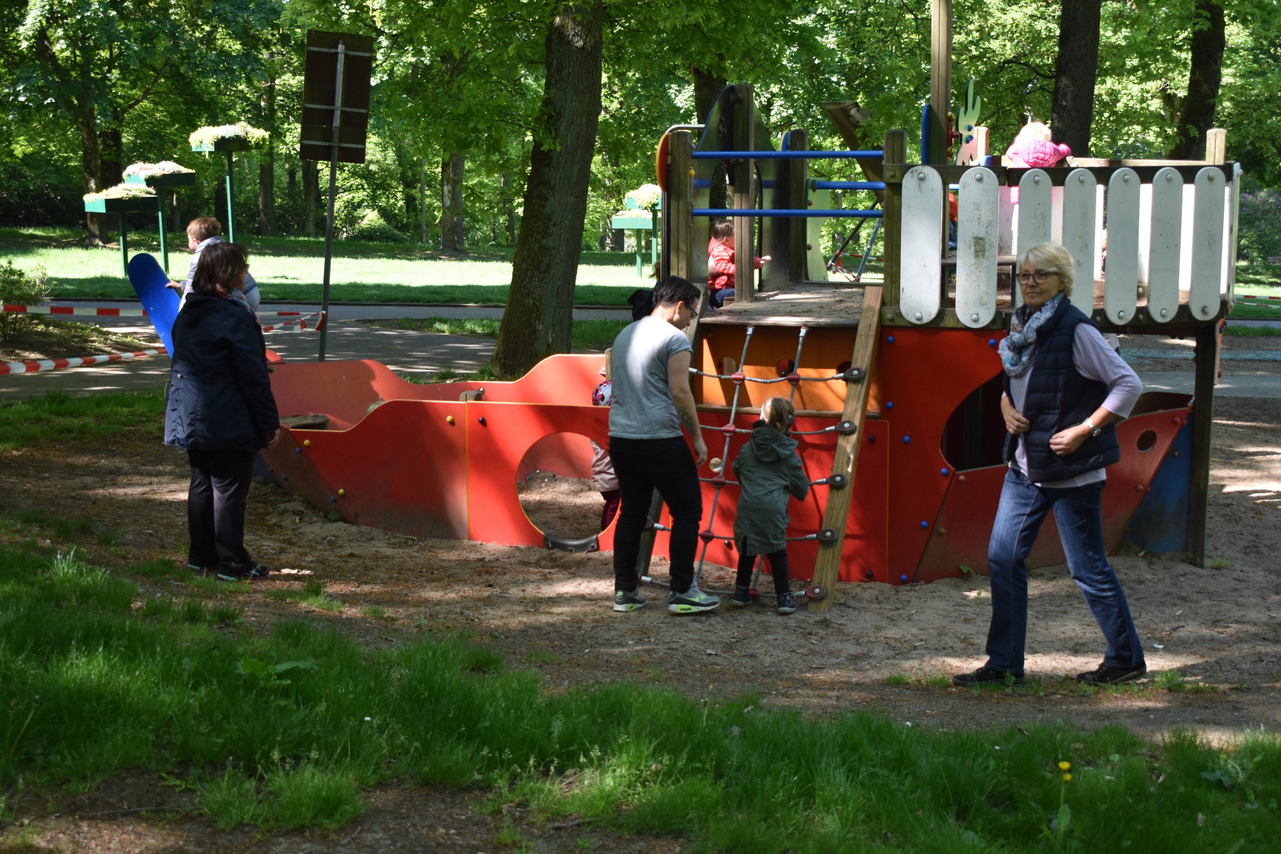 Kurz vor 10 Uhr: Der Spielplatz am Schmittenbusch in Lüttringhausen hinkt noch hinterher. Foto: Peter Klohs