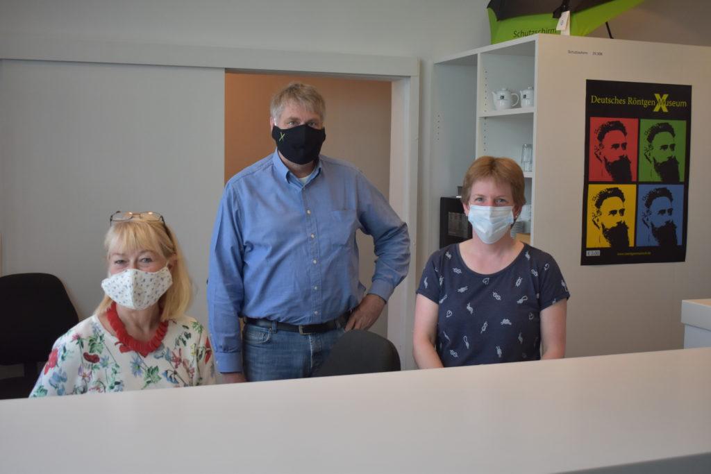 Im Lenneper Röntgenmuseum: Mitarbeiterin Barbara Hahmann, Direktor Dr. Uwe Busch, Mitarbeiterin Kerstin Zaremba (v.l.). Foto: Peter Klohs