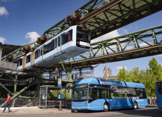 In Wuppertal fährt nicht nur die Schwebebahn emissionsfrei, sondern auch die neuen Wasserstoffbusse. Foto: obs/WSW Wuppertaler Stadtwerke GmbH/Stefan Tesche-Hasenbach