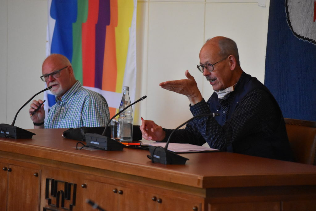 Der Geschäftsführer des 1. Bürgerbusvereins Remscheid e.V., Holger Krant (links) und der 1. Vorsitzende Siegfried Broska leiteten die Sitzung. Foto: Peter Klohs