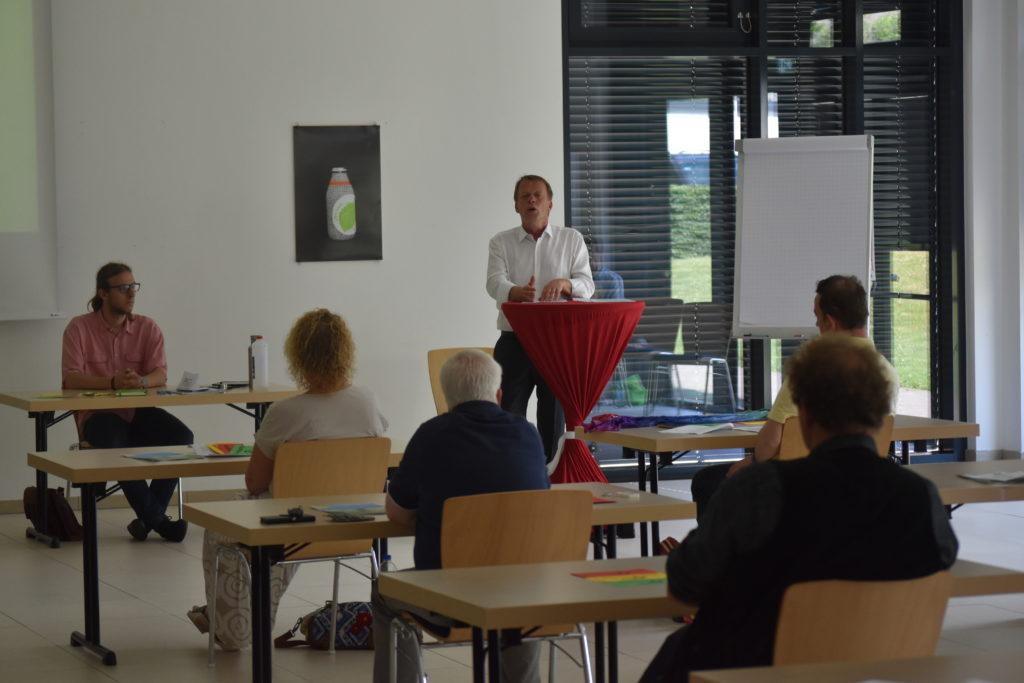 Burkhard Mast-Weisz bewirbt sich. Auch Vorstandsmitglied Vincent Amtmann (li.) hört aufmerksam zu. Foto: Peter Klohs