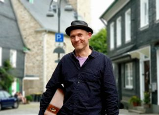 Remscheider Singer-Songwriter Jochen Wingsch aka Papa Jo's One Man Acoustic Jam. Foto: Sascha von Gerishem
