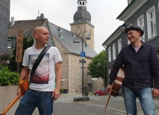 Kai Steckmann und Jochen Wingsch aka Papa Jo's One Man Acoustic Jam in der Lüttringhauser Gertenbachstraße. Foto: Sascha von Gerishem