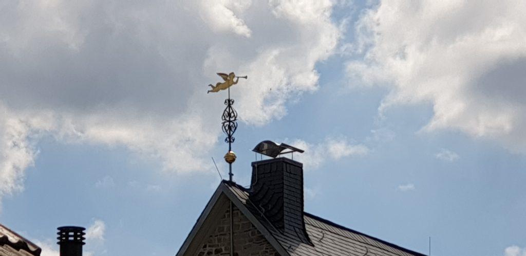 Der Geusenengel auf dem Kirchdach der Evangelischen Stadtkirche Lüttringhausen dient als Wetterfahne. Foto: Sascha von Gerishem