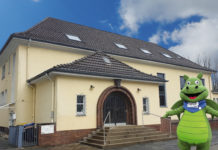 Teo Feuerstein vor der Friesenhalle vom Sportbund Remscheid. Collage: Sascha von Gerishem
