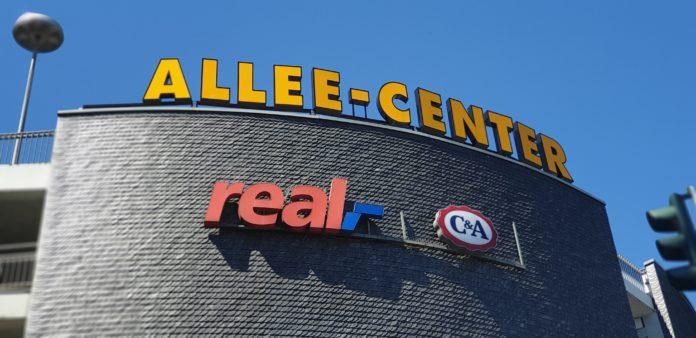 real,-Werbung am Allee-Center in Remscheid. Foto: Sascha von Gerishem
