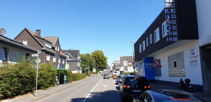 Die Durchfahrt ist wieder frei: Vollsperrung der Kreuzbergstraße in Lüttringhausen istvaufgehoben. Foto: Sascha von Gerishem