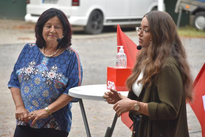 Erden Ankay-Nachtwein, Vorsitzende des Integrationsrates, und Anne Marie Faßbender, Vorsitzende von Remscheid Tolerant sprachen über Toleranz. Foto: Peter Klohs