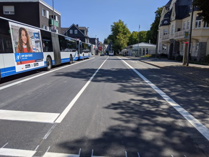 Die Fahrbahndecke der Kreuzbergstraße in Lüttringhausen ist frisch saniert, eine Radwegmarkierung fehlt dennoch. Foto: B90/DIE GRÜNEN Remscheid
