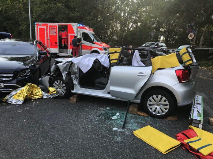 Das Dach eines Unfallfahrzeugs musste abgetrennt werden. Foto: Feuerwehr Haan