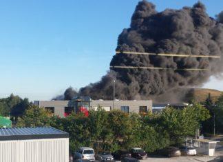Das Foto entstand unmittelbar nach der Verpuffung. Die hellen Balken in der Rauchwolke stammen von einer Lichtreflexion an einer Fensterscheibe während der Aufnahme. Foto: Feuerwehr Velbert