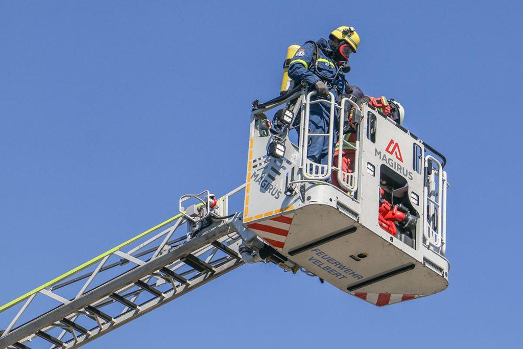 Helfer des Velberter THW brachten unter Atemschutz und mit Hilfe der Drehleiter der Velberter Feuerwehr die Mess-Spiegel für das Einsatzstellen-Sicherungs-System (ESS) an. Foto: THW / Elias El Ghorchi (THW Remscheid)
