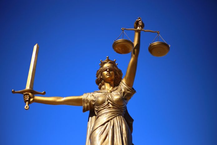 Justitia ist blind, das bedeutet, dass Recht ohne Ansehen der Person (Augenbinde) gesprochen wird, so handhaben etwa Schiedsleute das, Beiratsvorsitzende sehen es mitunter anders. Symbolfoto.