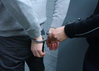 Festnahme mit Handschellen. Symbolfoto.