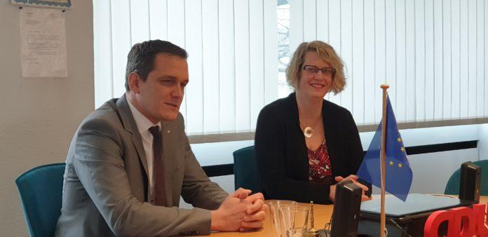 Alexa Bell sitzt im Sitzungssaal der CDU, Jens Nettekoven ist rechts daneben. Foto: Sascha von Gerishem