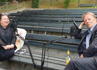 Steph Hoffmann und Remscheids Oberbürgermeister Burkhard Mast-Weisz auf der Heimatbühne in Lüttringhausen. Foto: Sascha von Gerishem