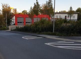 Aufgemalt aber deutlich erkennbar: Die neue Querungshilfe an der Feuerwache Lüttringhausen dient der Schulwegsicherheit für Schülerinnen und Schüler. Foto: Sascha von Gerishem
