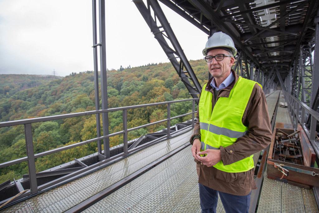 Sven Wolf hält die Idee eines Skywalks unter der Müngstener Brücke für machbar. Foto: Thomas Wunsch