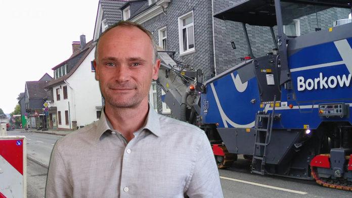 David Schichel vor Baumaschine bei Sanierung der Kreuzbergstraße in Remscheid-Lüttringhausen. Collage: Sascha von Gerishem