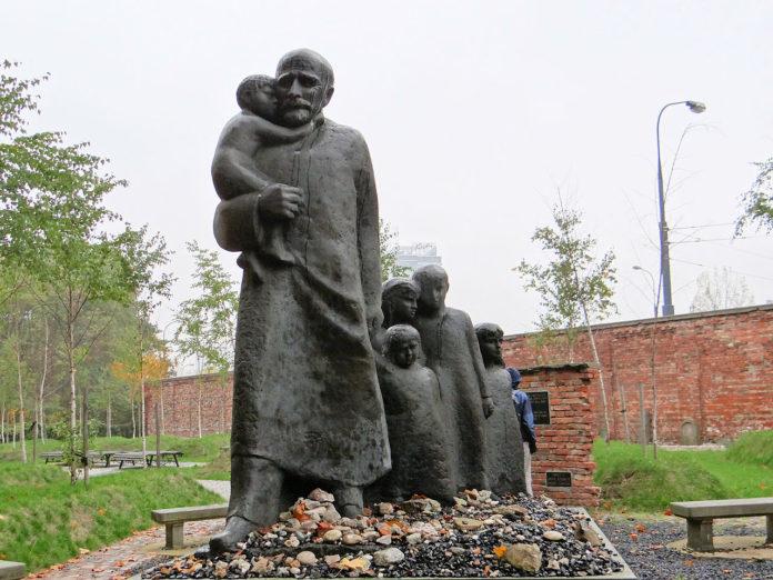 Das Janusz Korczak_Denkmal auf dem Jüdischen Friedhof in Warschau. Foto: Jolanta Dyr / CC BY-SA (https://creativecommons.org/licenses/by-sa/3.0)