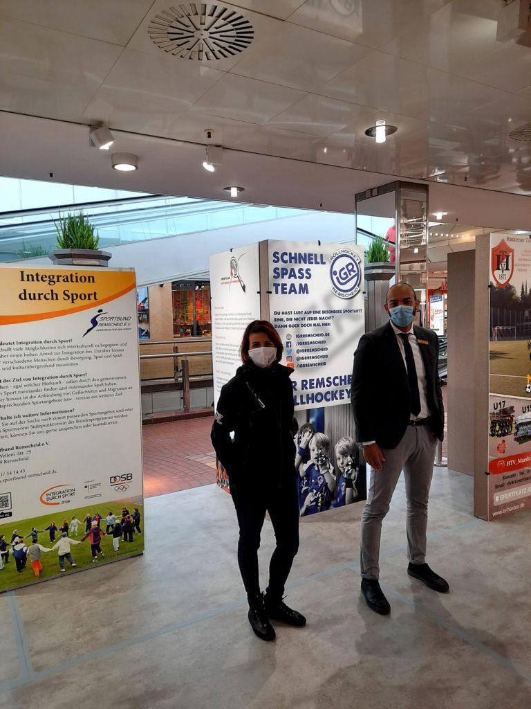 Emel Dutkun und Nelson Vlijt inmitten der Aktion im Allee-Center. Foto: Paula Stausberg