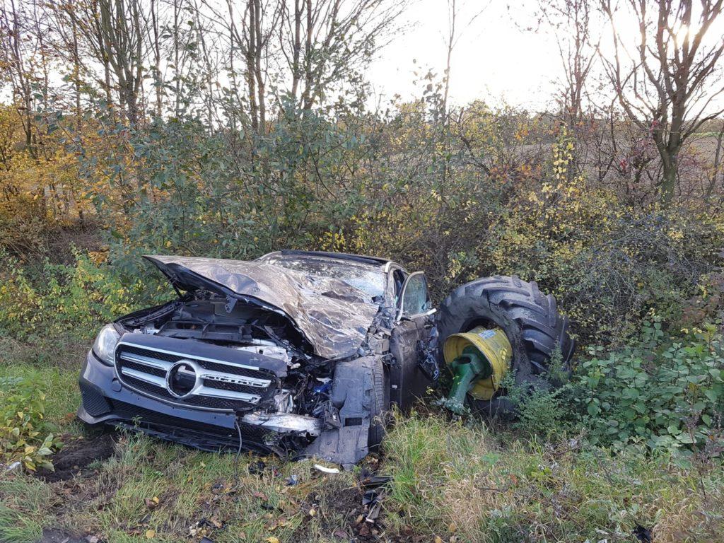 Der Mercedes hatte das linke Vorderrad des Treckers abgerissen. Foto: Feuerwehr Velbert