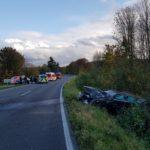Der Mercedes landete mit dem abgerissenen Vorderrad des Treckers im Straßengraben. Foto: Feuerwehr Velbert