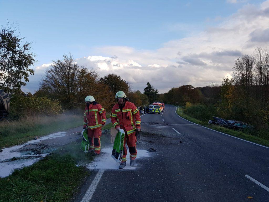 Die Feuerwehr streute ausgelaufene Betriebsstoffe ab. Foto: Feuerwehr Velbert