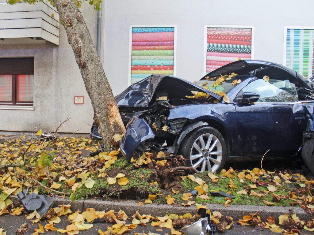Ein Fahrzeug prallte gegen einen Baum - dieser musste anschließend von der Feuerwehr gefällt werden. Foto: Polizei Mettmann