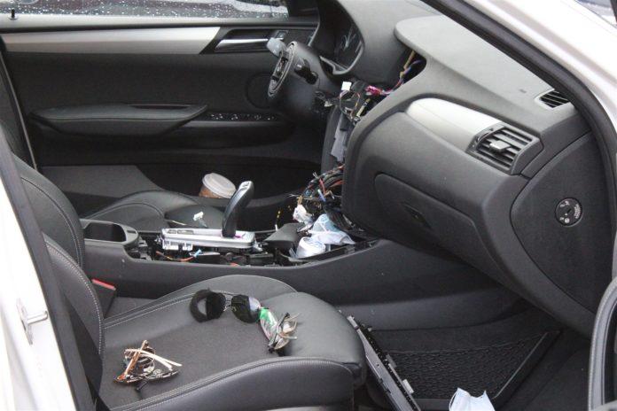 So sah der Innenraum des BMW X4 nach dem Einbruch in Bergisch Gladbach aus. Foto: Polizei RheinBerg