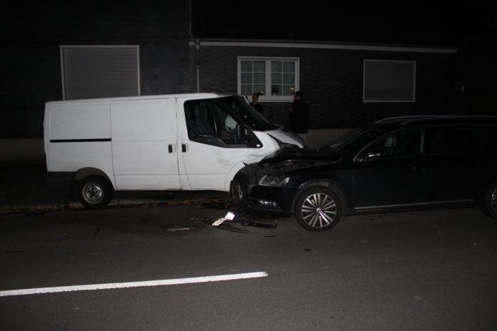 Wermelskirchen: Ein Ford Transit verunfallte in Hünger, der Fahrer ergriff die Flucht zu Fuß. Foto: Polizei Rheinisch-Bergischer Kreis
