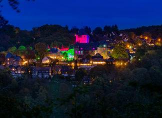 Das Burgleuchten von Schloss Burg in Solingen im Bergischen Land. Foto: Björn Ruthe