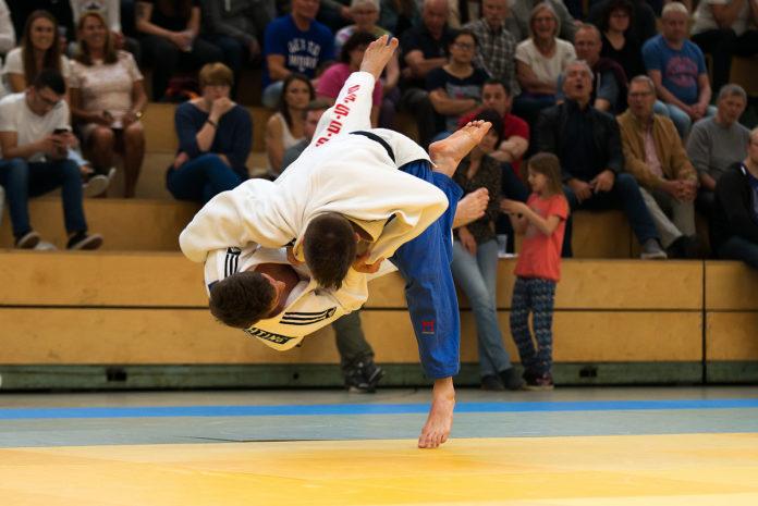 Judo in Remscheid: Spektakuläre Würfe vom RTV Judoteam in der Sporthalle Neuenkamp. Foto: Jürgen Steinfeld