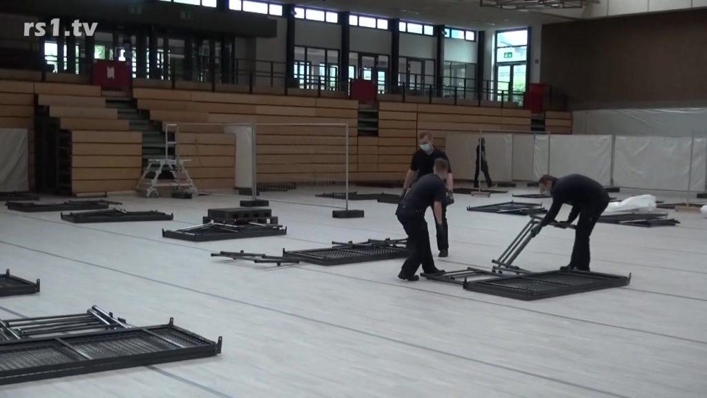 Das Corona-Notkrankenhaus in der Sporthalle Neuenkamp in Remscheid wird wieder aufgebaut Hier ein Bild vom Abbau. Screenshot: rs1.tv / Sinja Wappler