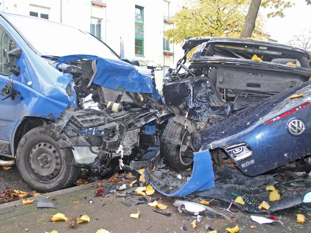 Der Renault Trafic und der VW Eos waren erheblich beschädigt und mussten abgeschleppt werden. Foto: Polizei Mettmann