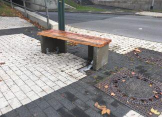 """Die gammelige """"auf Dauer an dieser Stelle nicht genehmigungsfähige Standardbank"""" vor dem Remscheider Teo Otto Theater. Foto: Die Linke Remscheid"""