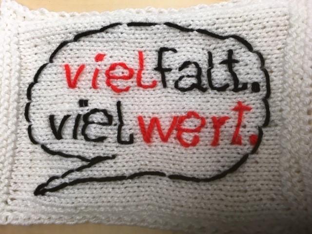 """Das Logo von """"vielfalt. viel wert"""" der Caritas wird auch ins Tipi integriert. Foto: Caritasverband Remscheid"""
